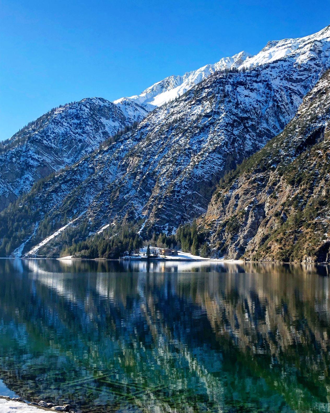 Reflektierender Achensee im Winter